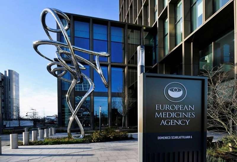 وكالة الأدوية الأوروبية تنصح بعدم إعطاء لقاح «أسترازينيكا» لمن يعانون من نزيف دموي نادر