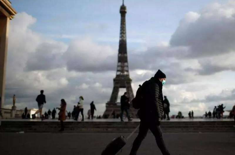 فرنسا تشدد قيود «كوفيد-19» على المسافرين