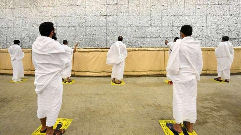 حجاج بيت الله يرمون جمرة العقبة الكبرى ويحتفلون بالعيد