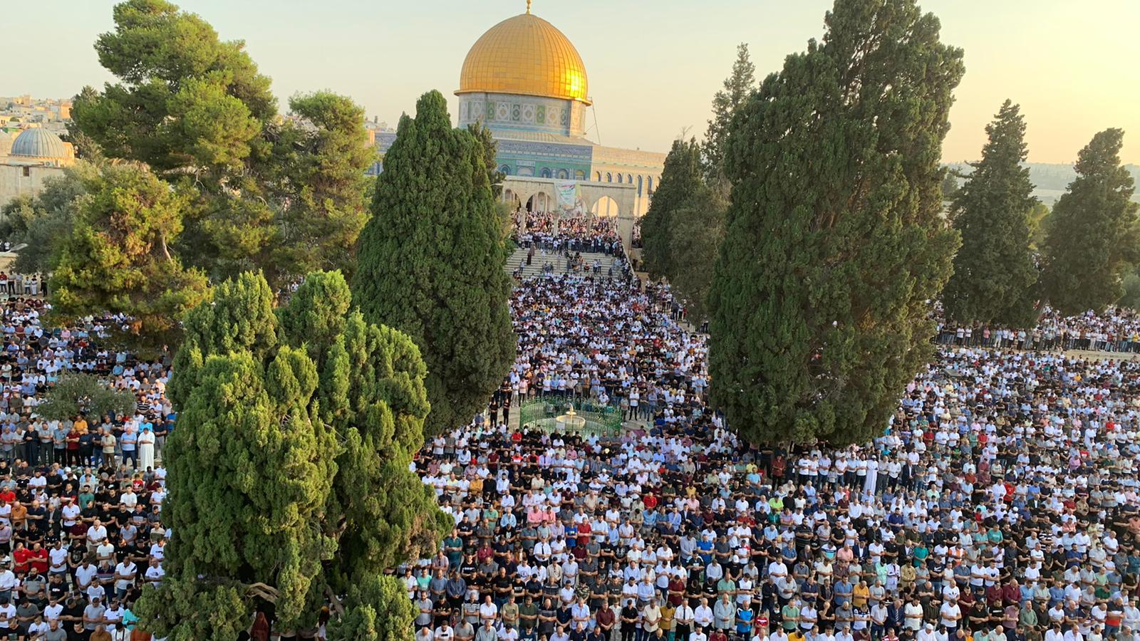 اكثر من 10 آلاف فلسطيني يؤدون صلاة عيد الأضحى في المسجد الاقصى