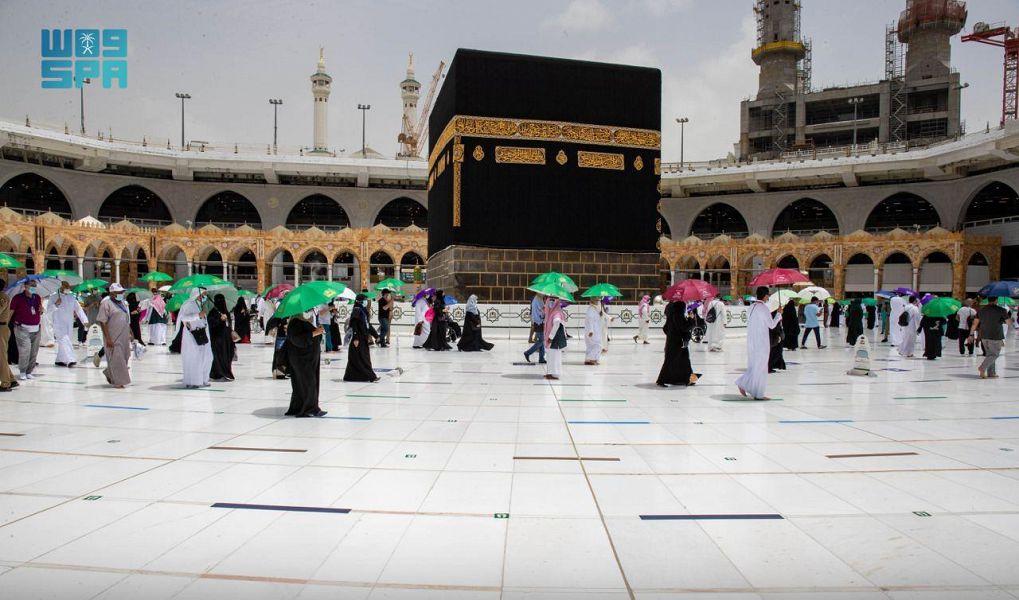حجاج بيت الله الحرام المتعجلون يتوافدون على المسجد الحرام لأداء طواف الوداع