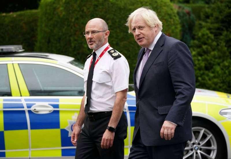جونسون يحض مواطنيه على الحذر رغم تراجع إصابات «كورونا» في بريطانيا